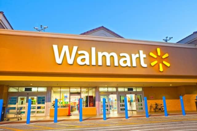 Ya es una realidad: Google y Walmart se unen contra Amazon, el gigante norteamericano del comercio electrónico. Un paso que se han visto obligados a llevar a cabo ante la repentina compra por parte de Amazon de Whole Foods. Estas nuevas alianzas tan solo demuestran la fina línea que separa a día de hoy el comercio físico del comercio electrónico. Google ha decidido cerrar una alianza con Walmart para poder hacer frente a Amazon. Walmart es considerado a día de hoy el mayor vendedor al por menor de los Estados Unidos debido a sus precios más que competitivos. Sin embargo ha saltado más de una vez a los medios de comunicación a causa de diferentes polémicas. Como por ejemplo los bajos salarios que pagan a sus empleados o la venta de munición en los supermercados. Una imagen totalmente contraria a la que tiene Whole Foods, más interesada por todo lo ecológico y el trato adecuado a sus empleados. ¿Qué sacan Google y Walmart de su unión? Gracias a esta unión Google y Walmart serán capaces de hacer frente al gigante Amazon. Esta alianza les permite vender mucho más rápido y a mejor precio por medio de Google Express (no disponible en España). La plataforma de compra de Google asociada a un envío rápido. Parecido al prime day de Amazon. A partir de ahora Google Express añadirá a sus catálogos de venta exprés los productos de Walmart. Los cuales compartirán espacio con los catálogos de otras grandes cadenas de supermercados como Target o Costco. Ambas cadenas ya funcionan en la actualidad dentro de la plataforma. Otra de las iniciativas que ha tomado Google para la ganar la mano a Amazon y Whole Foods, es que ha eliminado los gastos de envío siempre que se llegue a un pedido mínimo de $30. Pero Google quiere ir mucho más allá del uso de su plataforma Google Express para hacer compras de envío rápido. Su intención es que se utilice su asistente virtual, Google Assistant para poder adquirir los productos en Walmart. Esto permitiría solicitarlos sin necesidad de visualizar una